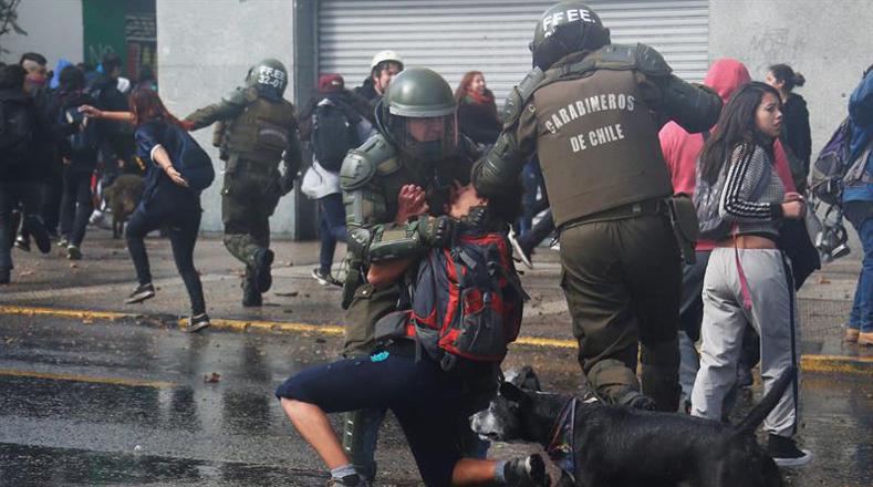 La manifestación se convirtió en una contienda entre los estudiantes de secundaria y los Carabineros, quienes fueron reprimidos durante la movilización.