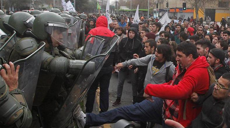Los incidentes entre los Carabineros y los estudiantes se debe a que según las autoridades los estudiantes no cuentan con los permisos para manifestar.