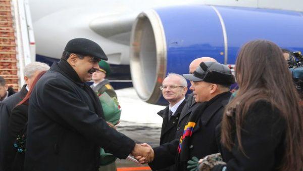 Maduro (i) llegó este jueves al Aeropuerto Internacional de Minsk.