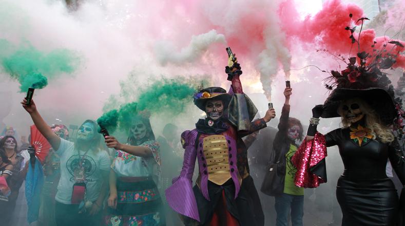 Nubes multicolor de incienso adornaron las fiestas tradicionales en honor a los muertos de México.