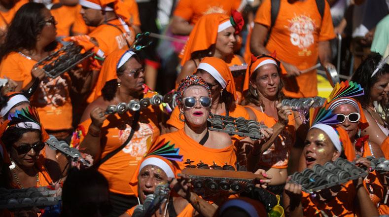 """Las diversas agrupaciones tradicionales de Carnaval, como el """"bloco de las Carmelitas"""", recorrieron las calles del barrio Santa Teresa junto a cientos de personas que marchaban al compás de la música."""