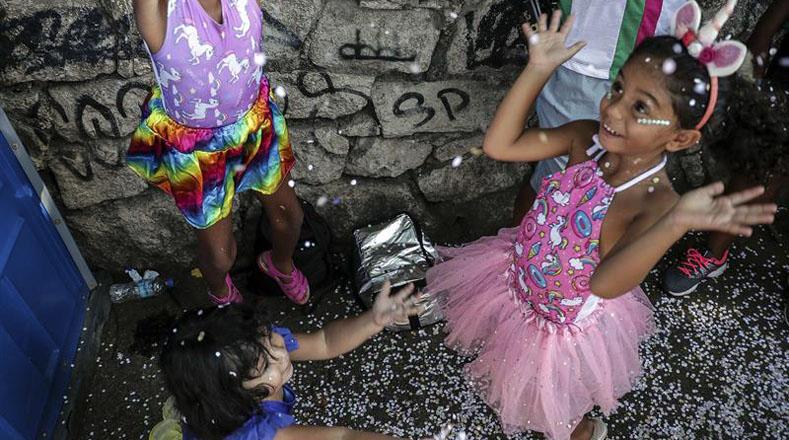 Hombres, mujeres y niños ostentaron sus mejores trajes coloridos para unirse a la celebración de la fiesta más importante de la nación suramericana.