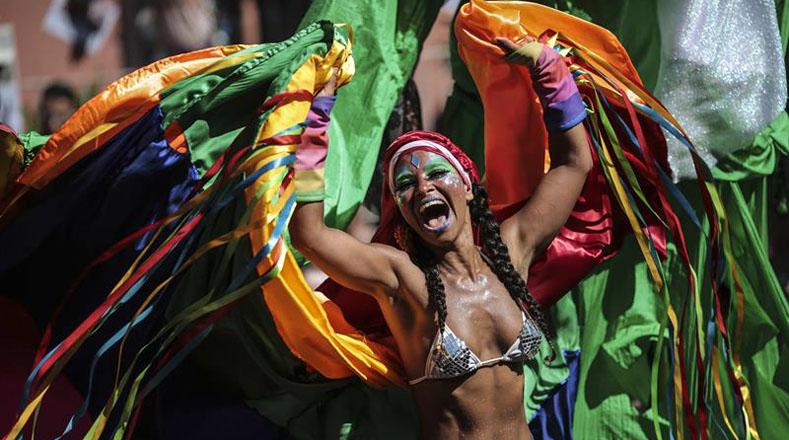 A la espera del tradicional acto en el Sabódromo de Río de Janeiro, las autoridades estiman que al menos seis millones de personas acudan al lugar para presenciar uno de los desfiles más famosos del mundo.