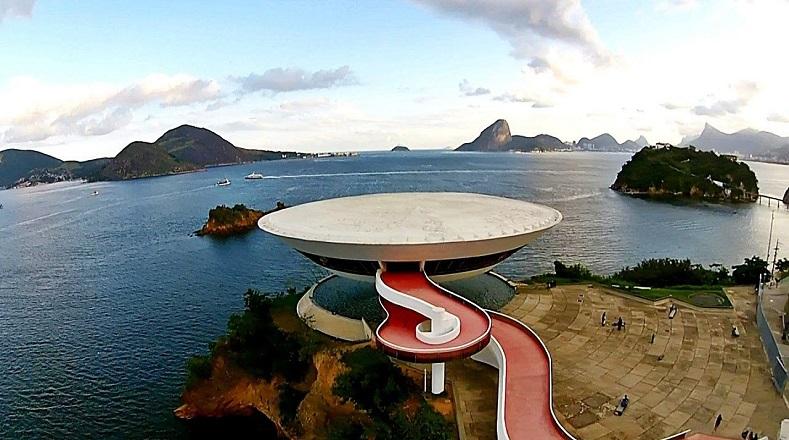 En el Museo de Arte Contemporáneo de Niterói el arquitecto Oscar Niemeyer resume en este proyecto la osadía de un artista experimentado. Concebido a partir de una figura revolucionaria de doble curvatura, el museo destaca sobre el acantilado como un simbólico faro levantado frente a la bahía. La estructura posa sobre una fuente de agua desde donde pareciera emerger el plato volador blanco, simulando estar suspendido en el aire.