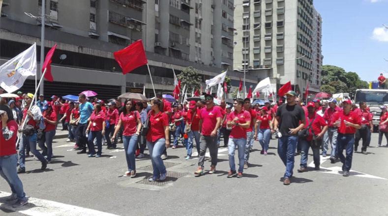 Los manifestantes se mantienen en las calles para defender a su patria y la paz.