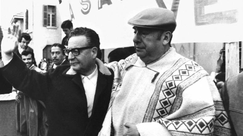 Durante la Unidad Popular, la cultura chilena floreció profundamente en referentes políticos y artísticos como el poeta Nobel de Literatura 1971, Pablo Neruda, con quien aparece en esta fotografía.