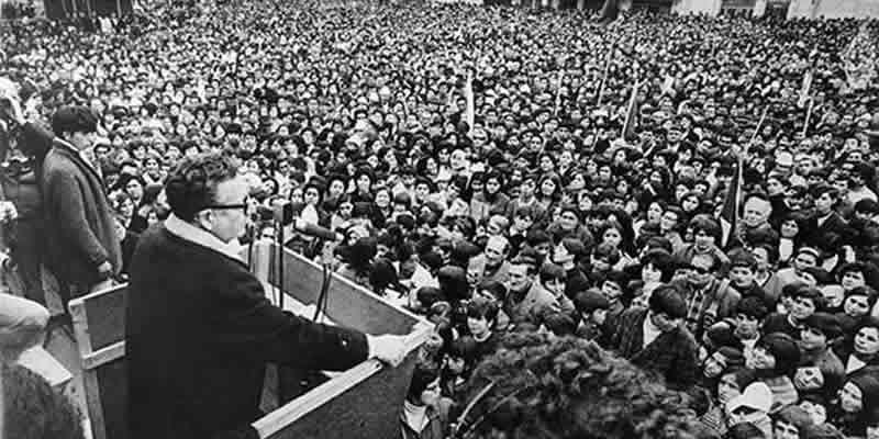 """Ese día, Salvador Allende dejó claras sus convicciones y su lealtad al pueblo chileno, al morir combatiendo en La Moneda. Minutos antes, pronunció su discurso más profundo, el que improvisó llevando su inolvidable voz a los chilenos, través de una radio nacional. """"Ante estos hechos, sólo me cabe decirle a los trabajadores: ¡Yo no voy a renunciar! (...) pagaré con mi vida la lealtad al pueblo. Sigan ustedes sabiendo que, mucho más temprano que tarde, de nuevo se abrirán las grandes alamedas por donde pase el hombre libre, para construir una sociedad mejor. ¡Viva Chile! ¡Viva el pueblo! ¡Vivan los trabajadores!"""