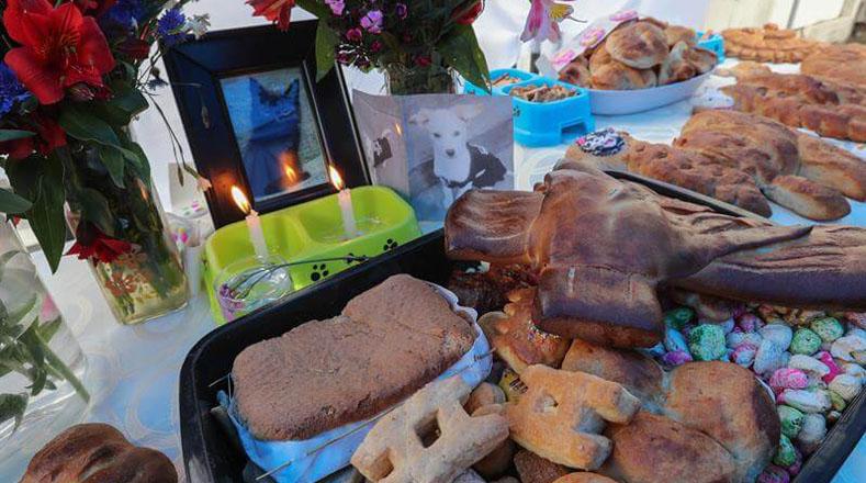 Mascotas como perros y gatos también fueron recordados en este día, con panes, galletas y velas para recibir a los animales que murieron en esta fecha.