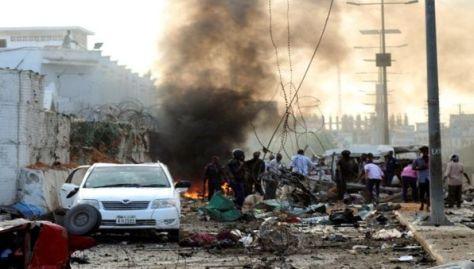La Policía y civiles ayudaron en el lugar del atentado en un hotel de Mogadiscio.
