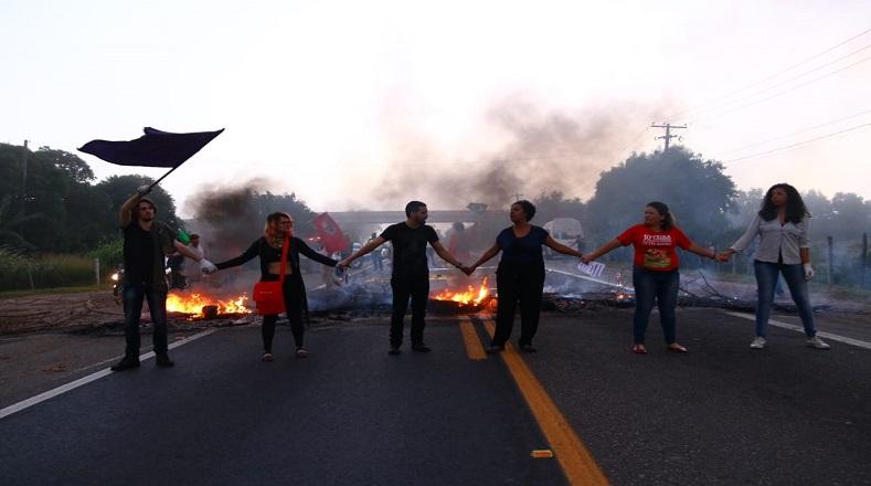 Los participantes de las protestas en respaldo al cese de actividades en todo el país, dispusieron un cierre de vías principales, acto que contó con la presencia de pancartas y consignas contra las estipulaciones legislativas de Bolsonaro.