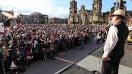 Un dirigente de 1968 pronuncia un discurso en un mitin por el 51 aniversario de la matanza de Tlatelolco.