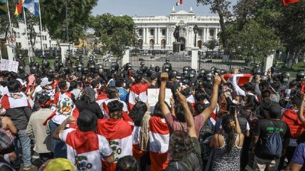 Mientras se resuelve la vacancia presidencial, se mantienen las movilizaciones.