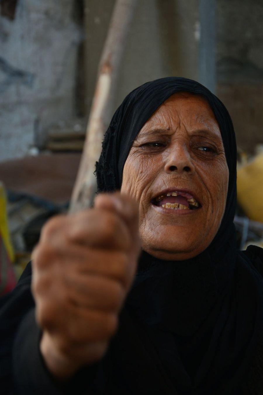 Abuela palestina muestra su indignación después de mostrarnos la destrucción de todo un barrio