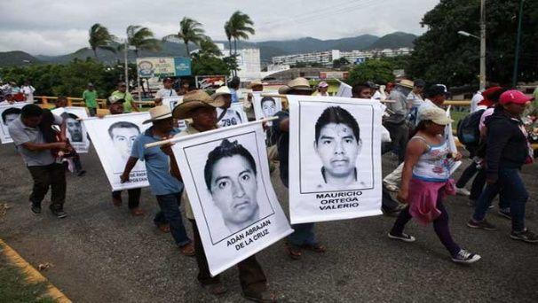 Desde el pasado 26 de septiembre manifestantes han salido a las calles de Ayotzinapa para exigir la aparición de los 43 normalistas (EFE)