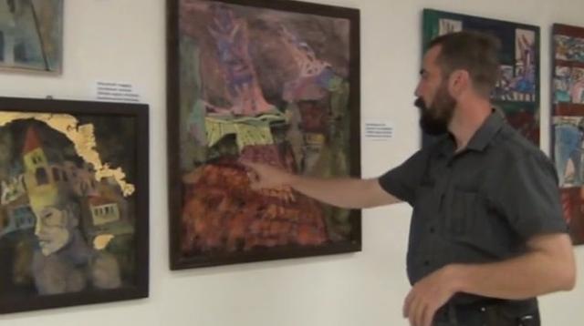 """Tárlatnéző Fecsó Szilárddal """"Hamuszín egek"""" című kiállításának megyitója után a tornaljai Madárterem Galériában."""