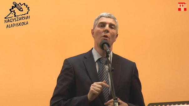 Bugár Béla a nagyszarvai iskoláért tartott jótékonysági esten. Foto © Magyar Interaktív Televízió, 2014. II. 5.