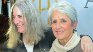 Joan Baez az őt méltató Patti Smith-tel (balra)