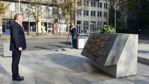 Andrej Kiska köztársasági elnök Csehszlovákia megalakulására emlékeztető tábla előtt rója le tiszteletét