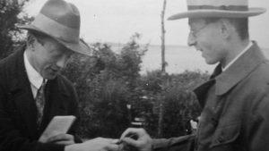 Nobel-díjasok egymás között. A kép bal szélén Werner Heisenberg német, jobbra pedig Wigner Jenő magyar atomfizikus, az 1920-as évek végén. Heisenberg Hitler szolgálatába állt, Wigner jenő pedig az amerikai atomprogramban vett részt Forrás: Bundesarchiv
