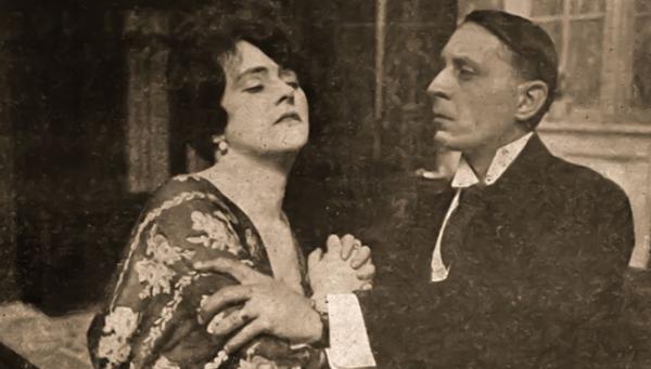 HIVATALNOK URAK (1918) - jelenet a filmből (Haraszti Mici, Törzs Jenő).
