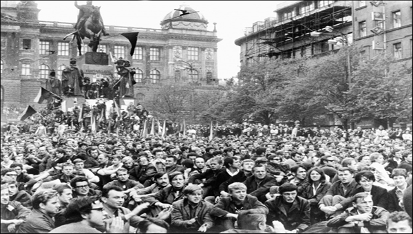 Tüntetők a prágai Vencel téren 1968. augusztus 21-én Fotó: AFP