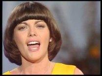 Mireille Mathieu tavasszal Budapesten és Pozsonyban koncertezik