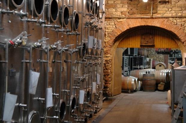 Traditioneller Deutscher Weinkeller: Alles unter Kontrolle (Hier ein Blick in die Gewölbe des Weingutes Schumacher in Herxheim in der Pfalz) © muehleib