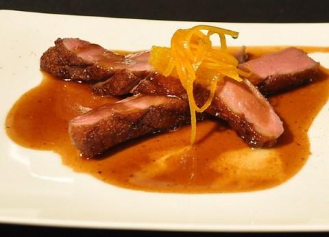 Le magret de canard cuit à basse temperature puís roti, sauce à l'orange, zestes confits Foto: muehleib