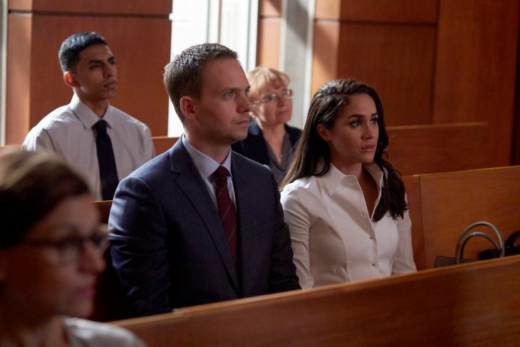 """SUITS -- """"Teeth, Nose, Teeth"""" Episode 613 -- Pictured: (l-r) Patrick J. Adams as Michael Ross, Meghan Markle as Rachel Zane -- (Photo by: Shane Mahood/USA Network)"""