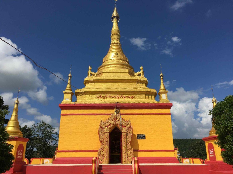 Pagoda en las cuevas de Monywa, Myanmar