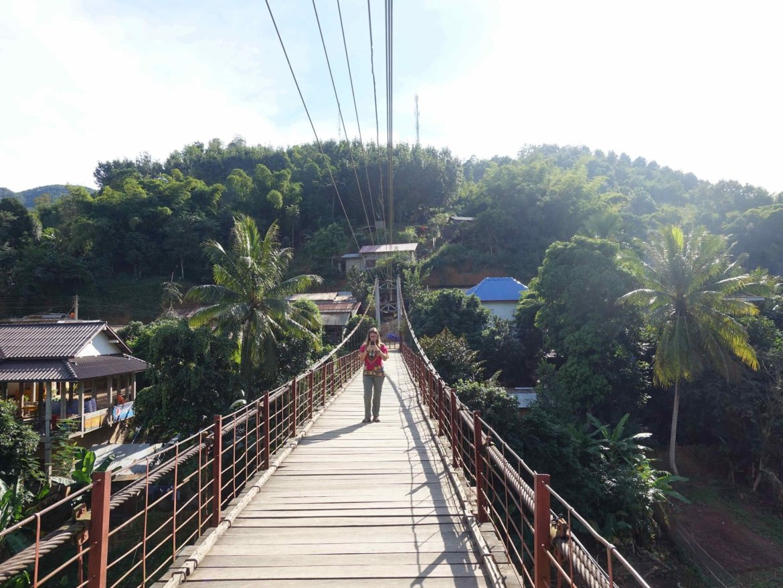 Puente colgante en Muang Khua, Laos
