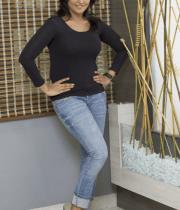 ramya-nambeesan-in-jeans-photos-06