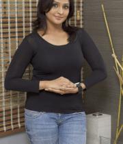 ramya-nambeesan-in-jeans-photos-09