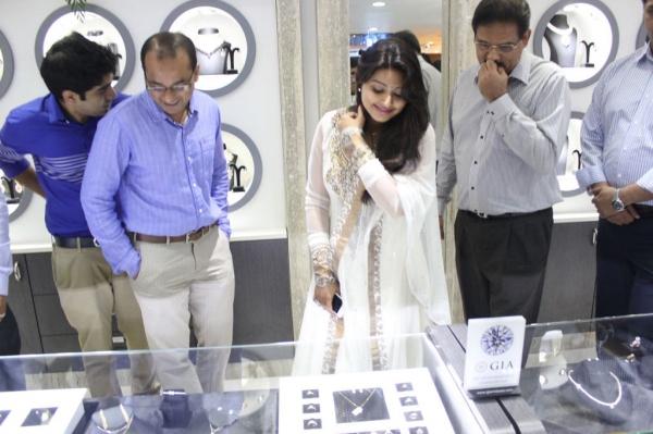 sneha-at-malabar-gold-collections-25
