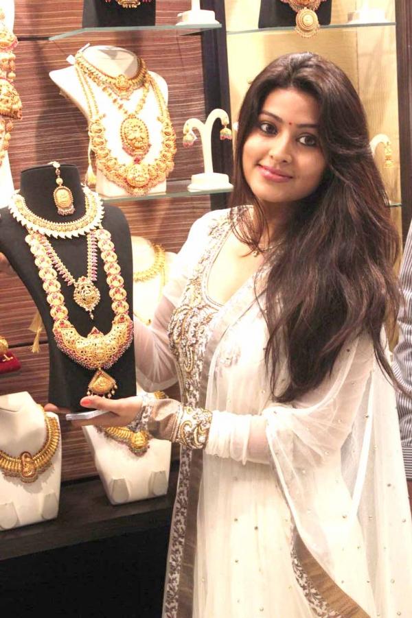 sneha-at-malabar-gold-collections-4