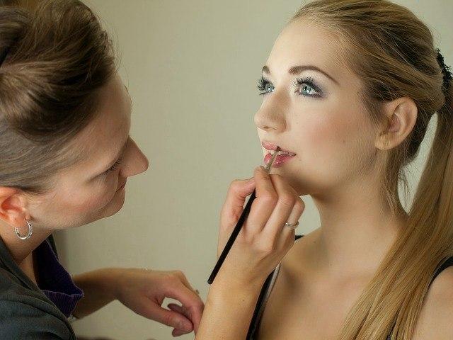 Requisitos para encontrar trabajo como maquilladora o maquillador