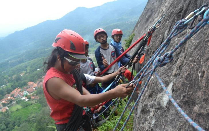 Mendaki Tebing Gunung Parang