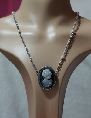 Classic lady cameo and pearl bead necklace