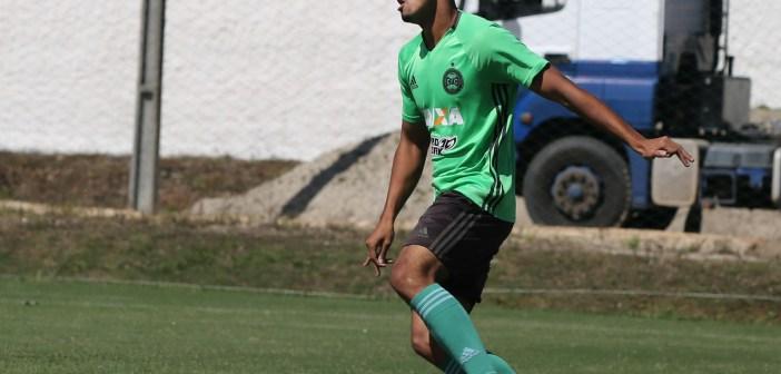 Em temporada de estreia no time profissional do Coritiba, lateral Vinicius Araujo faz balanço de 2018 e projeta último ano no sub-20 do Coxa