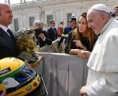 Escultura e capacete de Ayrton Senna são recebidos pelo Papa Francisco no Vaticano