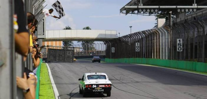 Lopes supera problemas e vence as duas baterias da Old Stock Race