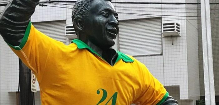 Estátua do Rei Pelé aparece vestida com a camisa 24