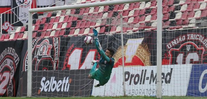 Rafael Pascoal pega três pênaltis, garante classificação do Joinville e deixa o time a quatro jogos do acesso