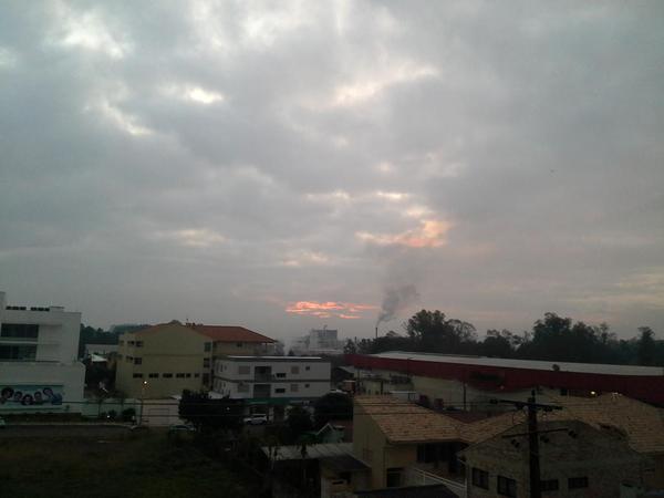 No final da tarde, foi possível ver timidamente os raios solares.