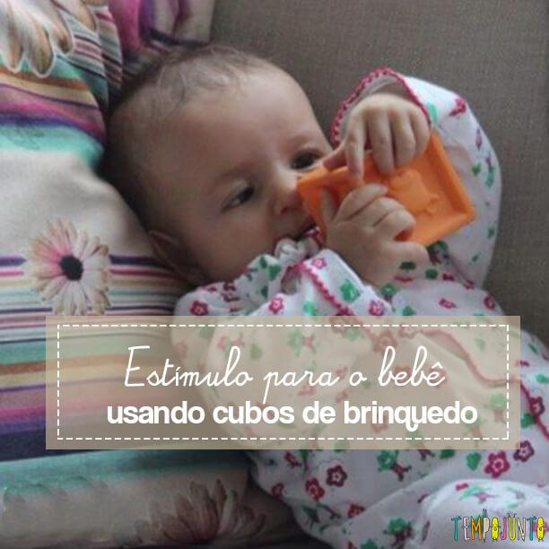 Estímulo para o bebê pegar seus cubos