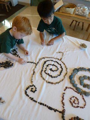 Ideias de atividades com crianças usando a natureza - desenho com pedra