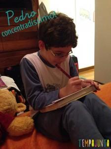 Pedro concentrado pensando no que escrever.