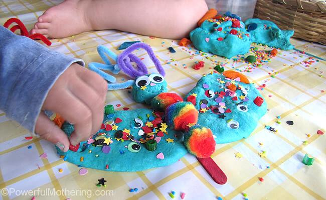Ideias criativas usando massinha caseira para fazer com criança - fazendo monstarinhos com vários elementos
