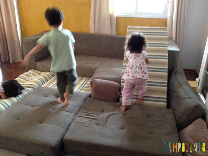pula pula em casa com crianças