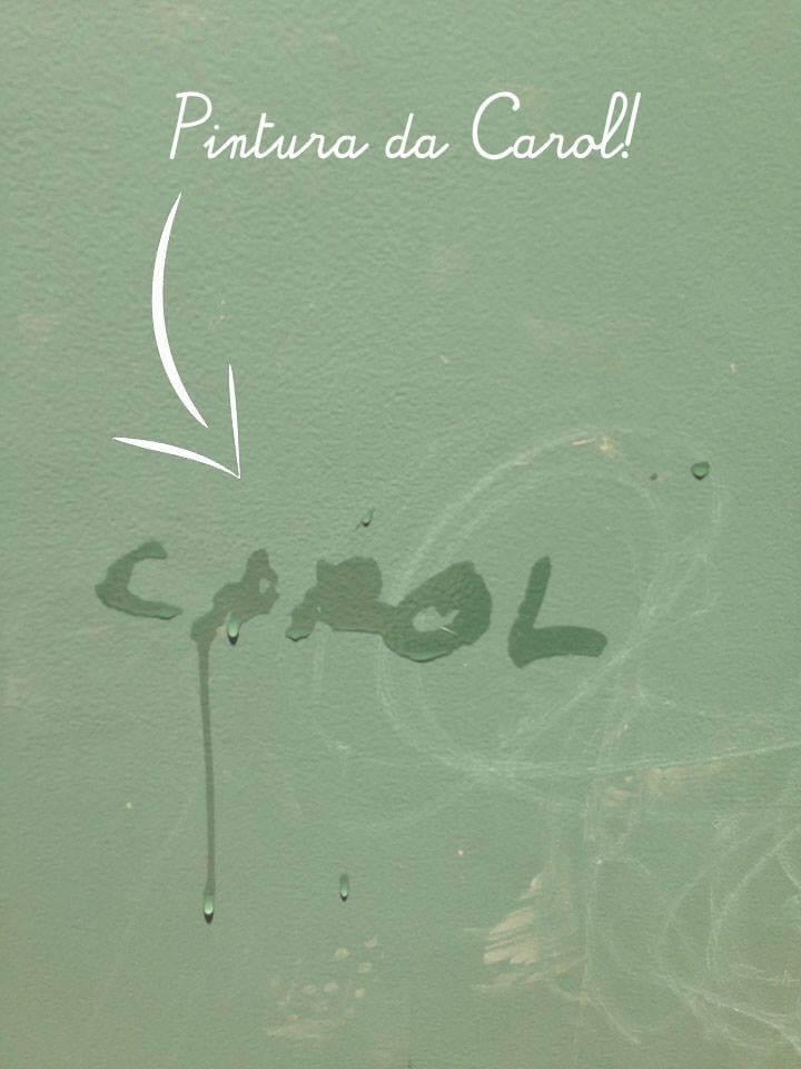 Carol assina sua pintura